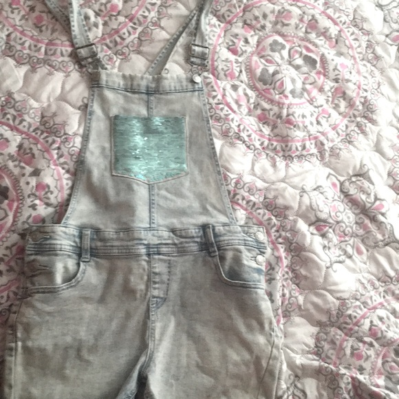 Size 10/12 light wash overralls , with sequence .